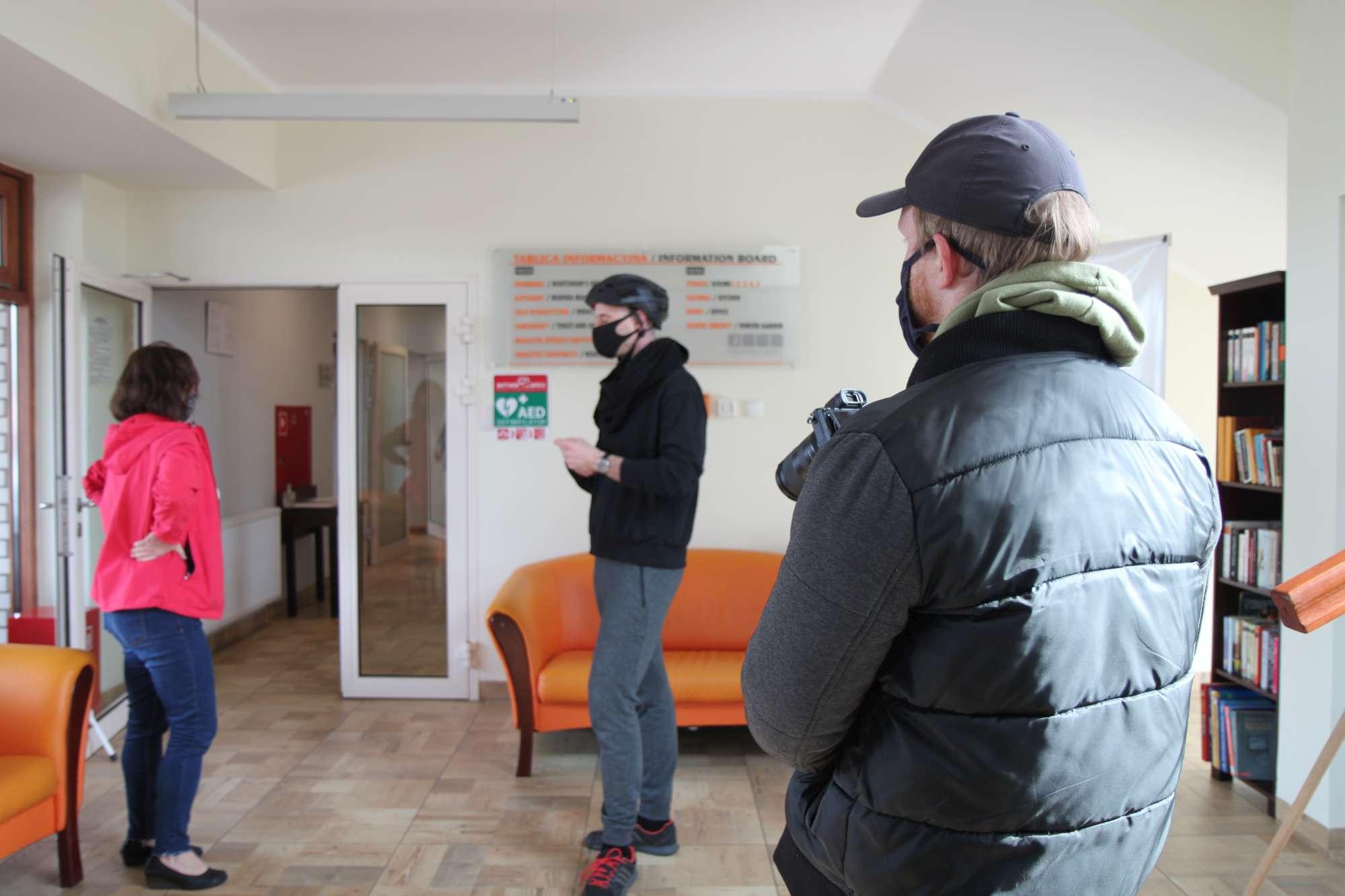 Kamerzysta nagrywający wnętrze Przystani Powiat Nakielski